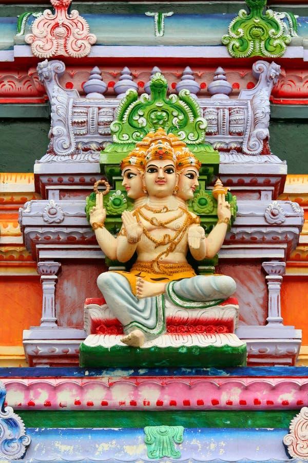 Statue indoue d'un dieu sur le temple image libre de droits