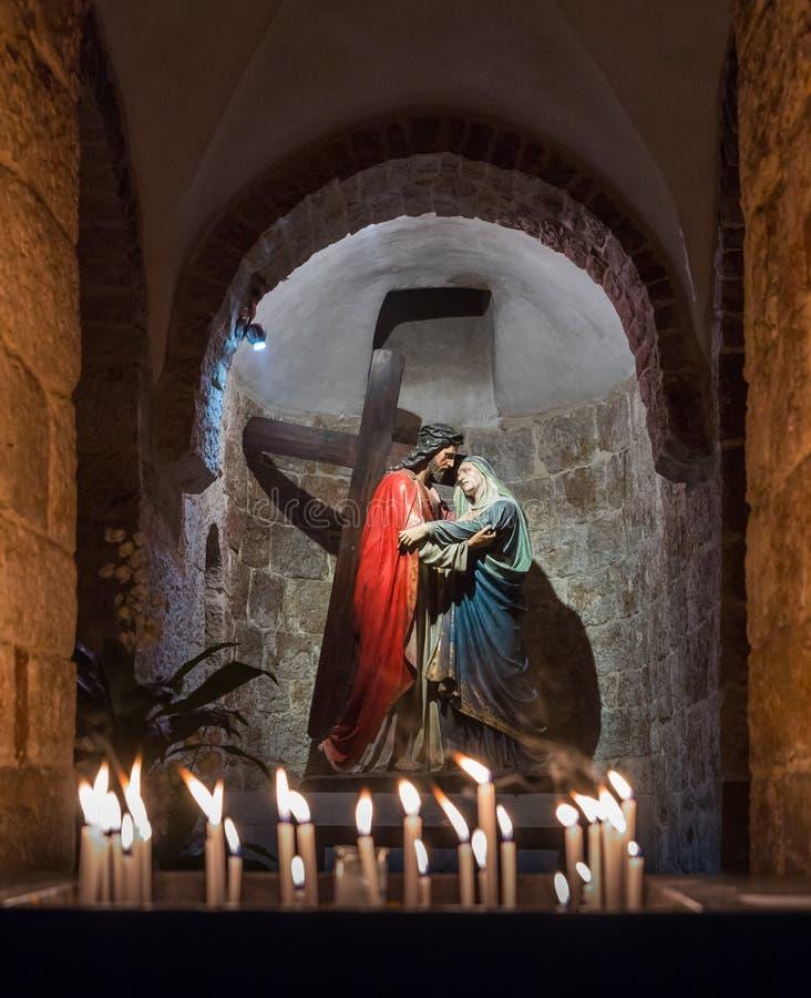 Statue - Jesus Christ avec une croix et Mary Magdalene dans l'église arménienne de notre Madame de la plaque de spasme à la mémoi images libres de droits