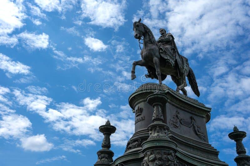 Statue of King John of Saxony på teatertorget i Dresden, Tyskland - augusti 2019 royaltyfria bilder