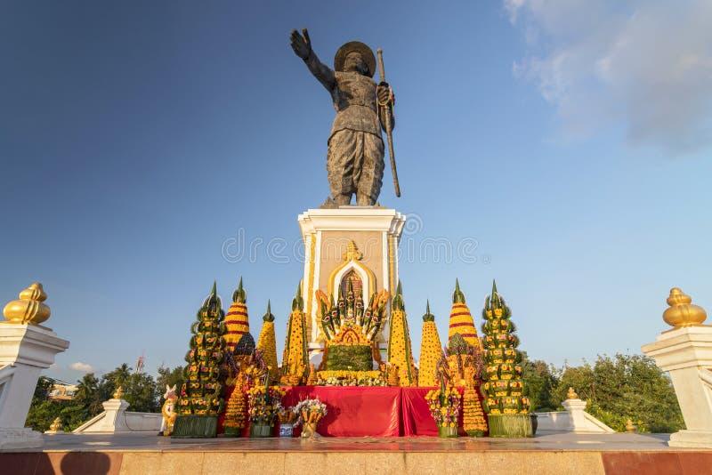 Statue of King Sisavang, Vientiane, Laos, Indochina, Zuidoost-Azië, Azië stock afbeeldingen