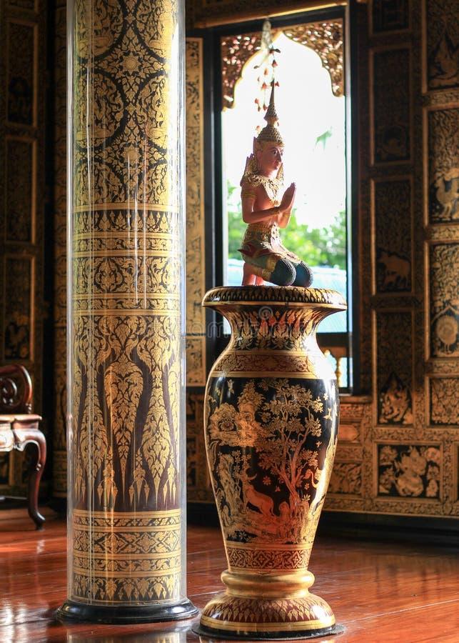 Statue l'esprit de l'isolat blanc de fond d'Asie du Sud-Est photos libres de droits
