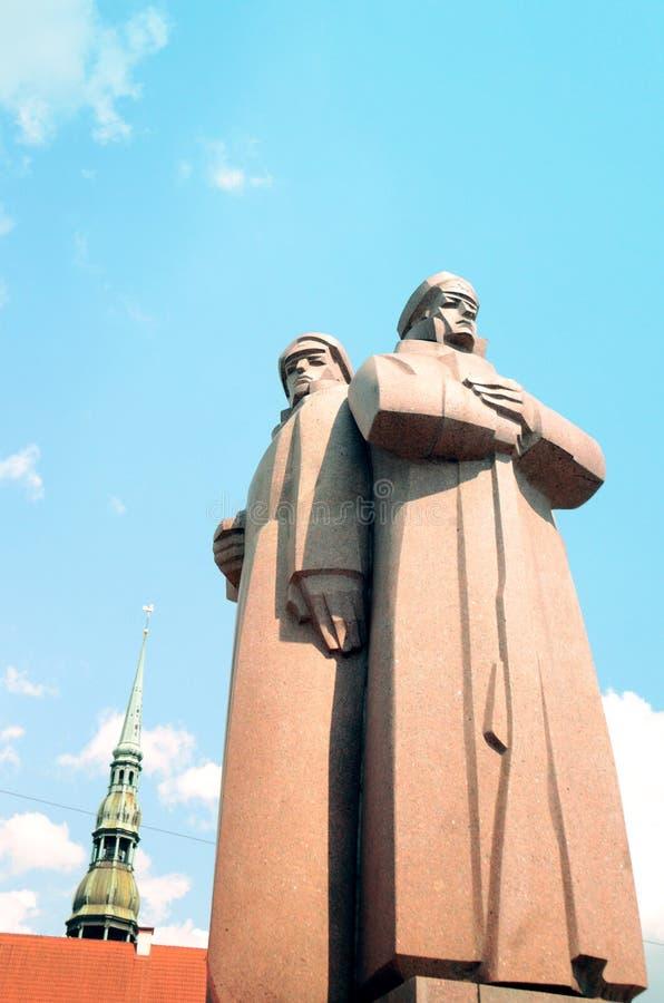 Statue letton de fusiliers près place du ` s de Riga de vieille image stock