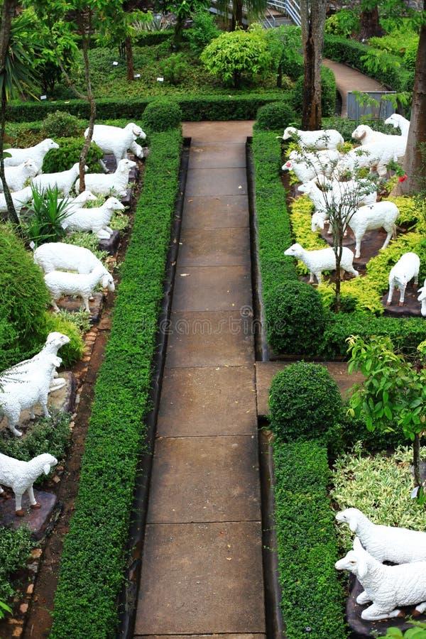 Statue métallique des moutons blancs photographie stock libre de droits
