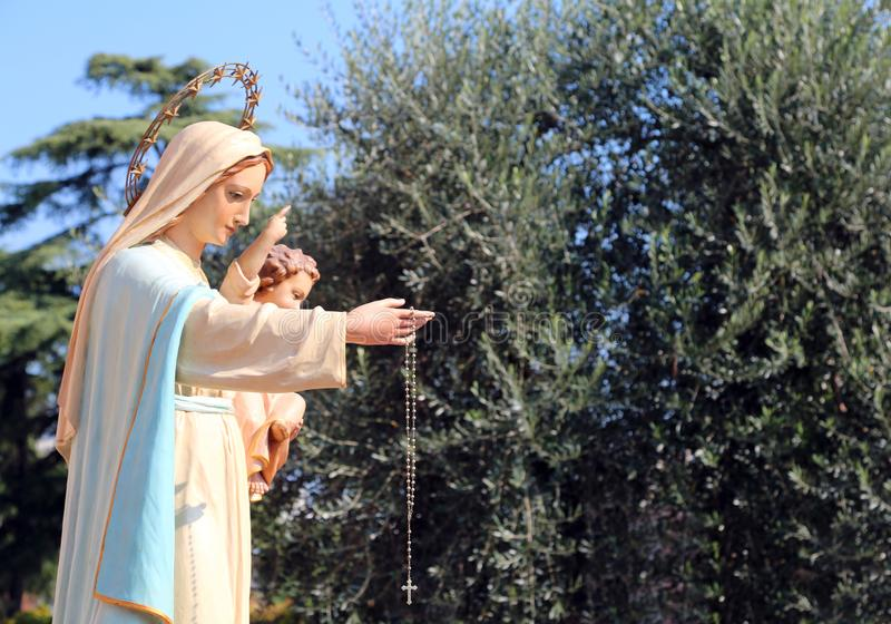 Statue Madonnas mit dem Kind Jesus stockbild