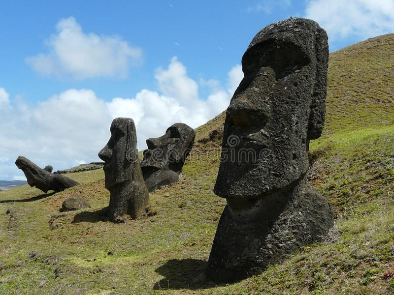 Statue misteriose di Moai, Rano-Raraku, isola di pasqua immagini stock