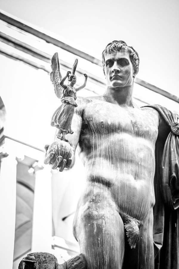 Statue mit Fee lizenzfreies stockfoto