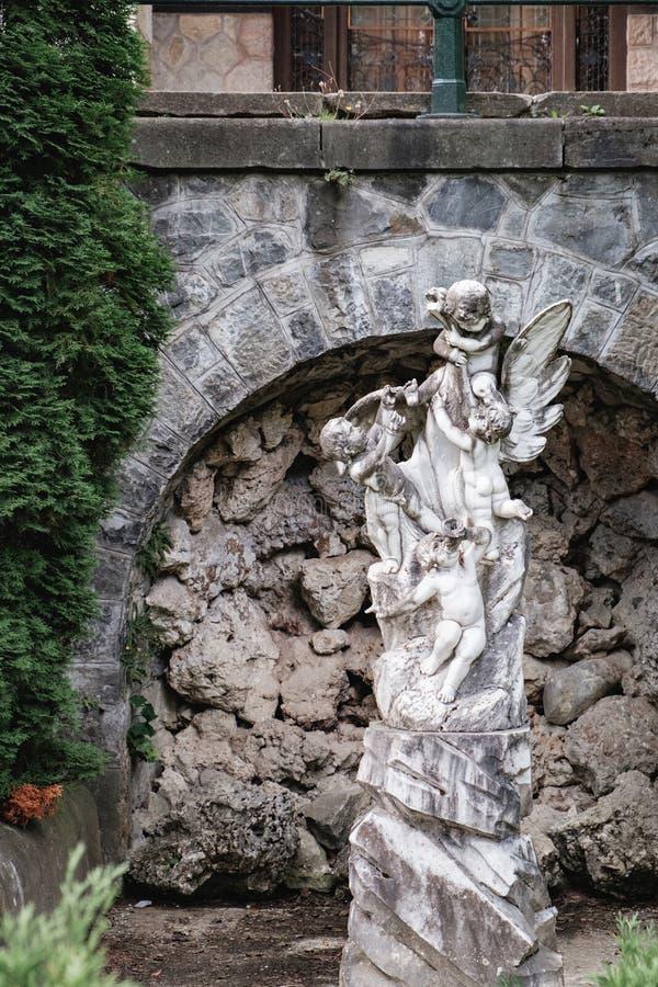 Statue nahe Pelisor-Schloss in Sinaia, Rumänien lizenzfreies stockbild
