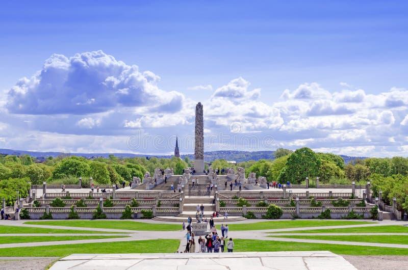 Statue nel parco di Vigeland nel cityskape di Oslo immagine stock libera da diritti