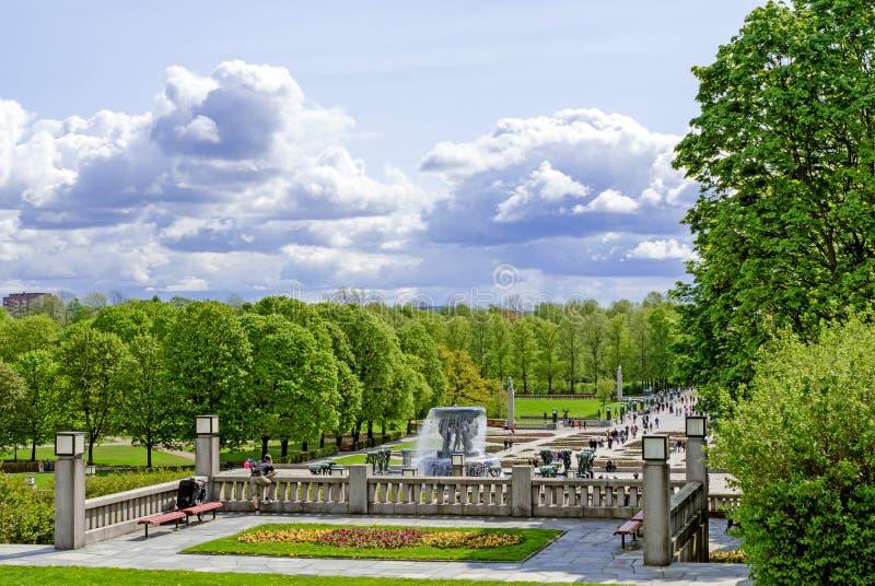 Statue nel parco di Vigeland nelle gente di Oslo immagini stock