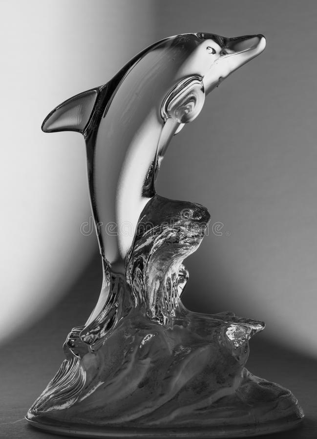 Statue noire et blanche en verre de dauphin image stock