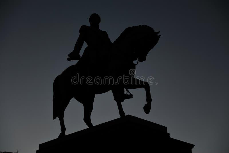 Statue norwegischen Königs Karl Johan XIV im Schattenbild lizenzfreie stockfotografie