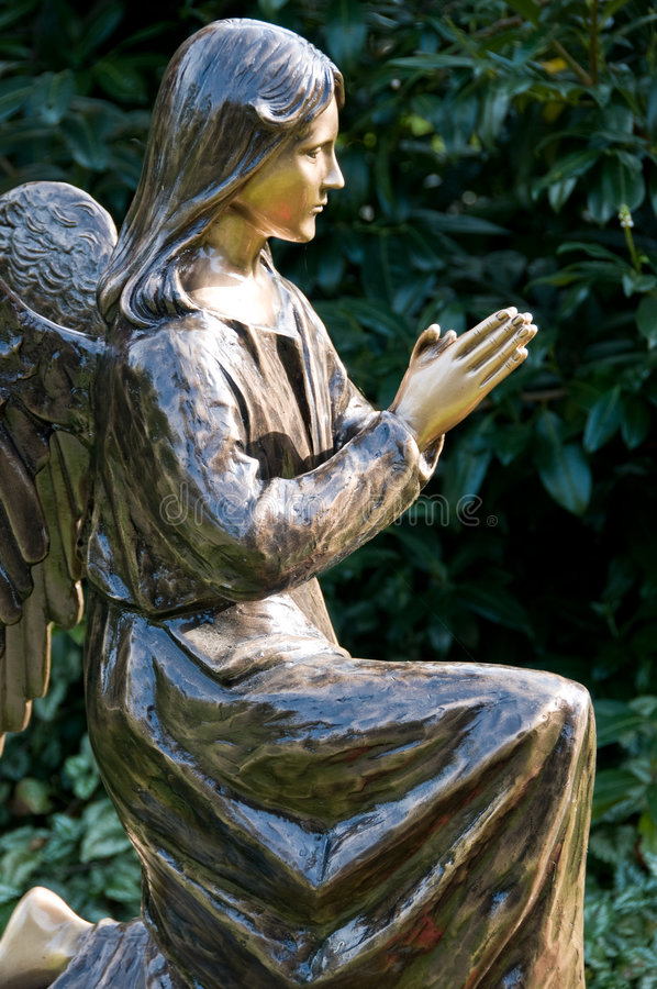 Free Statue Of Angel At Prayer Stock Images - 6896644