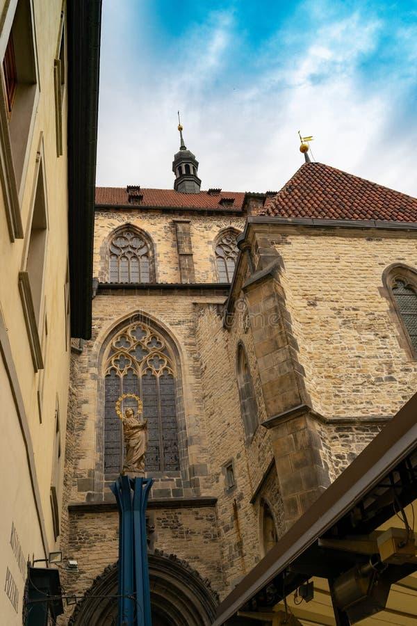 Statue par l'église de notre Madame Before Tyn, vieille place, Prague, République Tchèque, vue de côté photographie stock