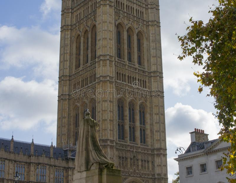 Statue and Parliament of England arkivbild