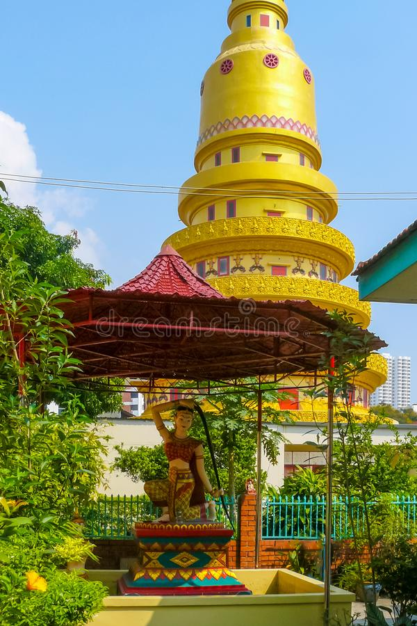 Statue Phra Mae Thorani in Dhammikarama-Tempel lizenzfreie stockfotos