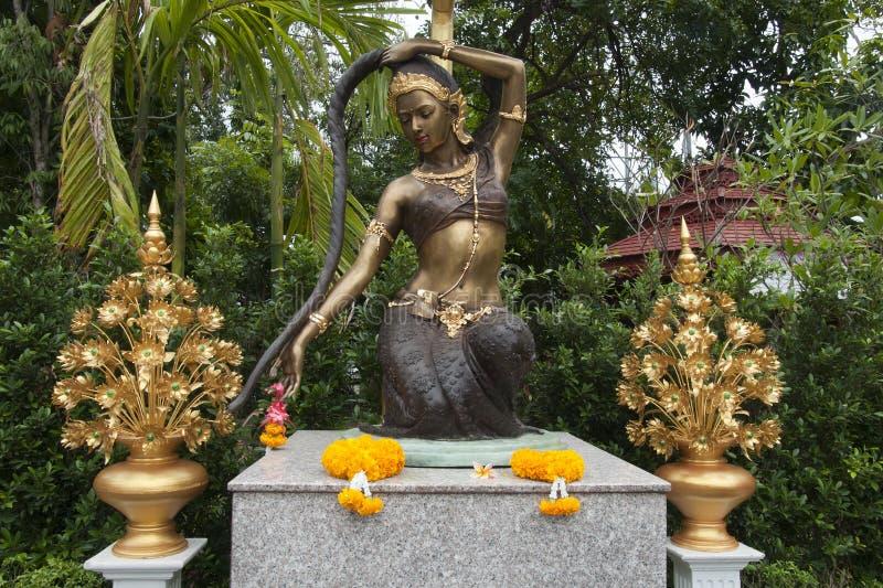 Statue Phra Mae Thorani mit Angeboten im Garten bei Wat Pan Ping lizenzfreies stockbild