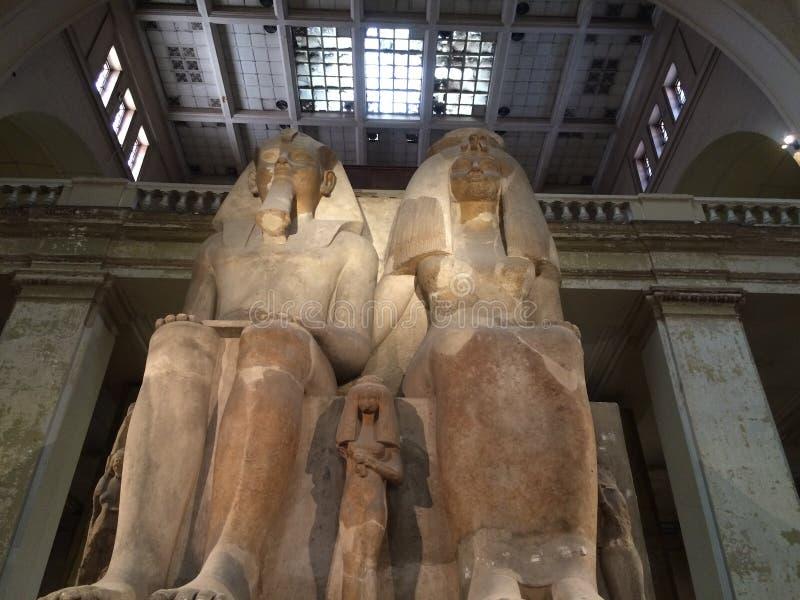 Statue Ramsis II und seine Frau stockfotografie