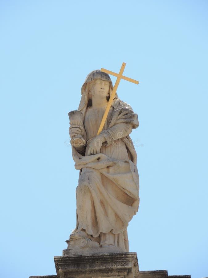 Statue religieuse sur le dessus de toit dans Dubrovnik, Croatie images stock