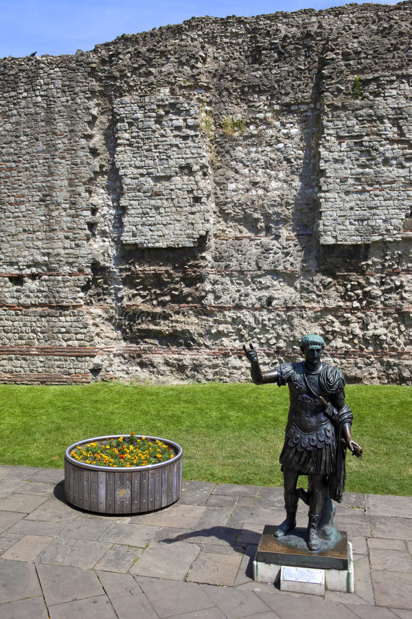 Statue Of Roman Emperor Trajan And Remains Of London Wall Stock Photo