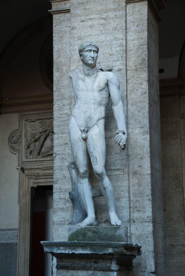Statue romane héroïque dans Palazzo antique Mattei di Giove Courtyar photographie stock