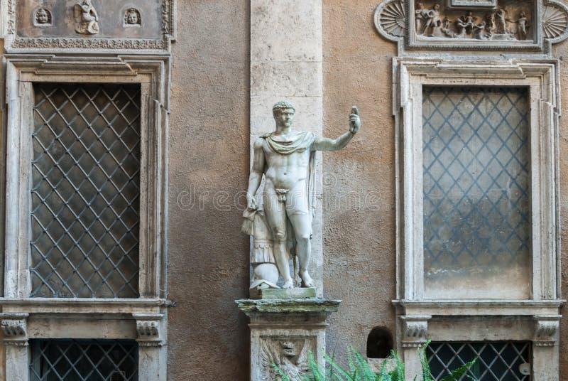 Statue romane héroïque dans Palazzo antique Mattei di Giove Courtyar image libre de droits
