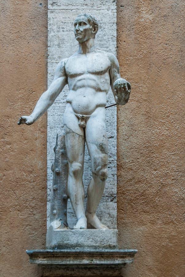Statue romane héroïque dans Palazzo antique Mattei di Giove Courtyar images stock