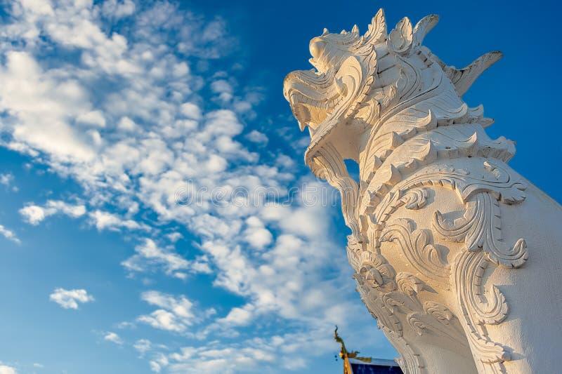 Statue schnitzte im Sandstein mit klassischem thailändischem Artmuster Diese Löwe ähnliche Statue lizenzfreie stockbilder