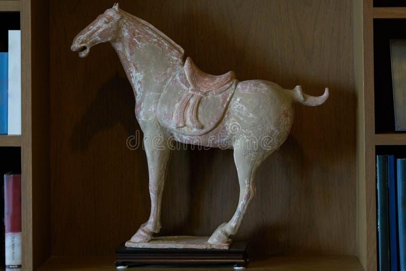 Statue sculptée de cheval de roche sur des étagères à livres pour la décoration dans la chambre images stock