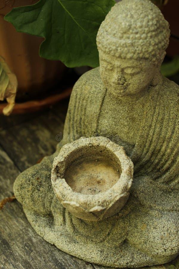 Statue se reposante de Bouddha avec la fin de cuvette  images stock