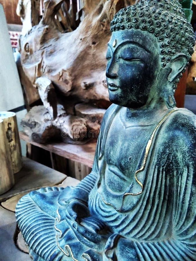 Statue se reposante de budha image stock