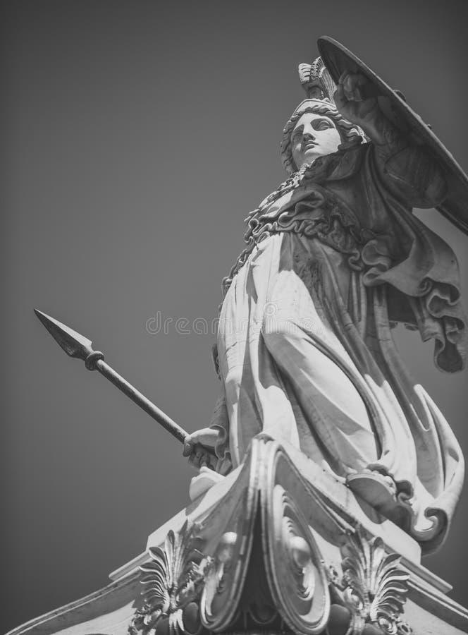 Statue, Skulptur des griechischen Kriegers im Sturzhelm mit Stange und Schild Altgriechischer Gott der weißen Skulptur des Kriege stockfotografie
