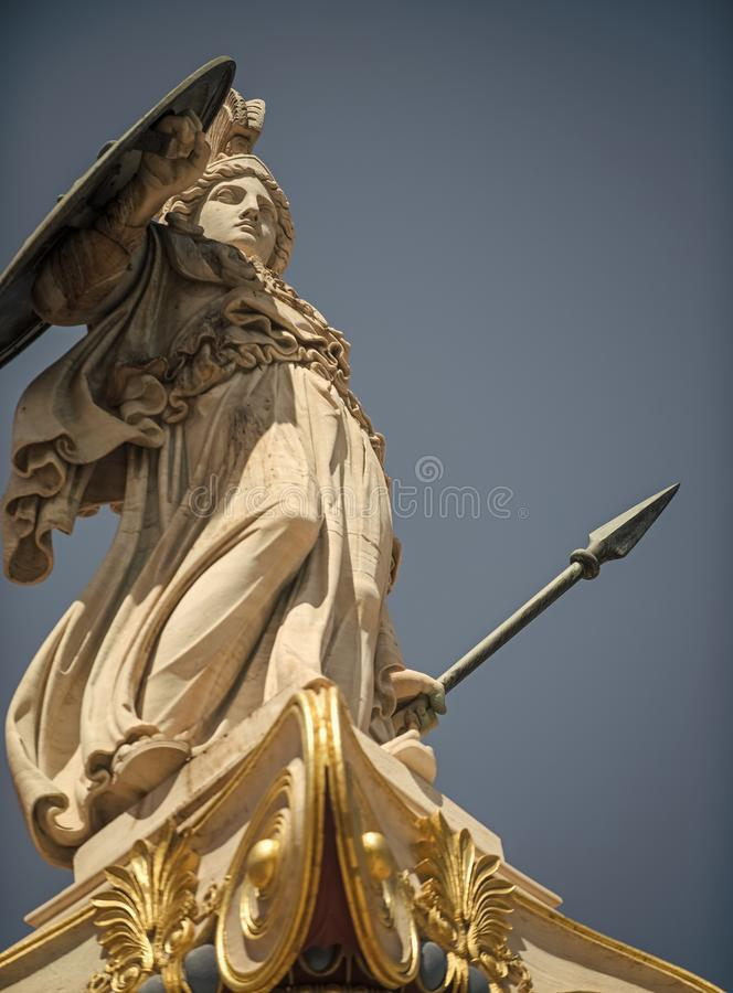 Statue, Skulptur des griechischen Kriegers im Sturzhelm mit Stange und Schild Altgriechischer Gott der weißen Skulptur des Kriege lizenzfreie stockbilder