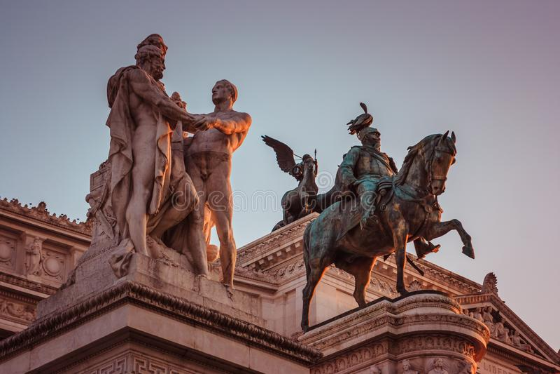 Statue sopra il della Patria di Altare al tramonto Capitol Hill, Roma, Italia immagini stock libere da diritti