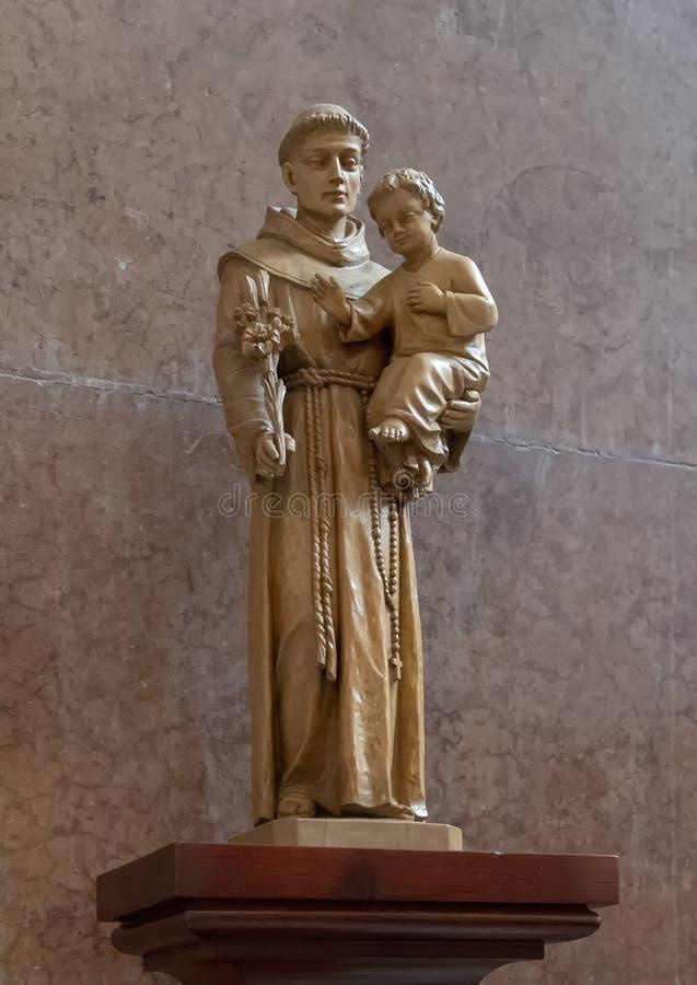 Statue St Anthony de Padoue, basilique intérieure d'Esztergom, Esztergom, Hongrie image libre de droits