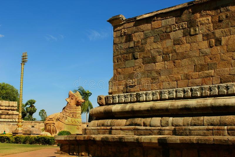 Statue Stiers [nandhi] mit dekorativer Wand des alten Brihadisvara-Tempels im gangaikonda cholapuram, Indien stockfotografie
