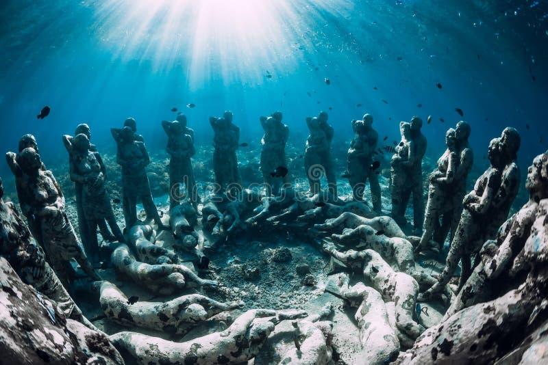 Statue subacquee su Gili Meno Island, Indonesia Turismo subacqueo nell'oceano Vacanza ed avventura immagine stock