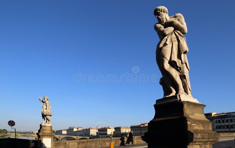Statue sul ponte di Ponte Santa Trinita a Firenze, Italia fotografia stock libera da diritti