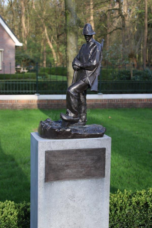 Statue sur le champ de l'honneur dedans sur le grebberberg où beaucoup de soldats néerlandais tombent en 1940 au début de la guer photographie stock