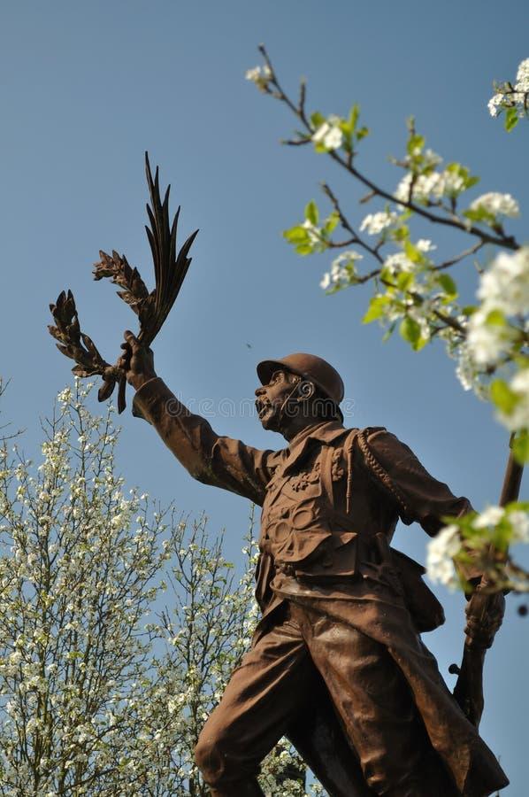 Statue sur un mémorial de guerre d'un soldat et d'une guirlande image stock