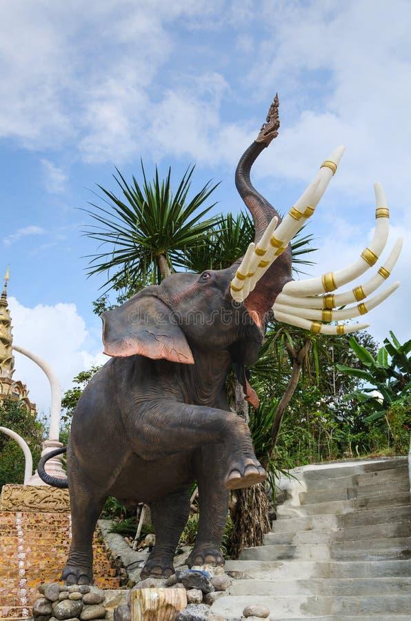 Statue thaïlandaise d'éléphant de conte de fées photos stock