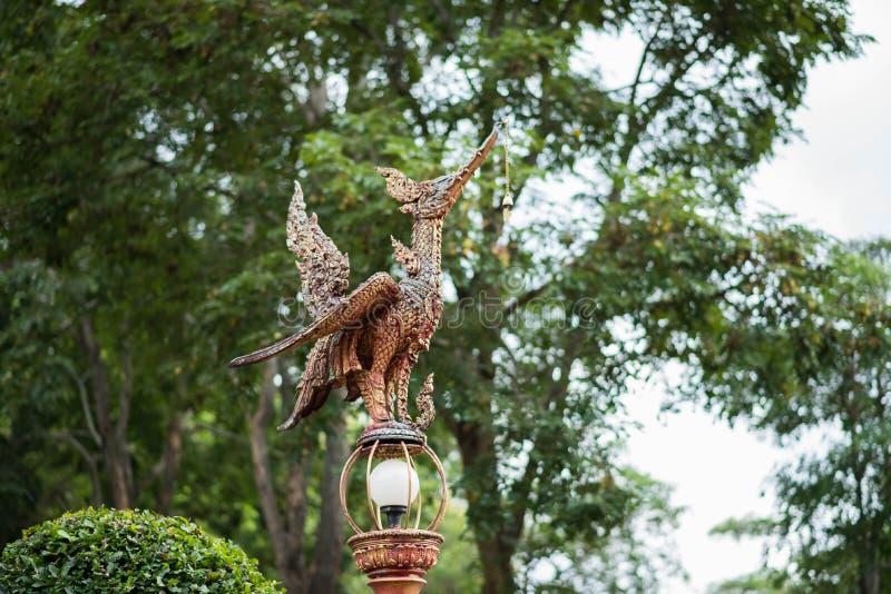 Statue thaïlandaise d'oiseau sur le fond vert image stock