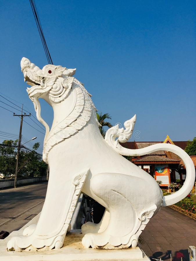 Statue thaïlandaise de lion devant le temple du nord de la Thaïlande photos stock