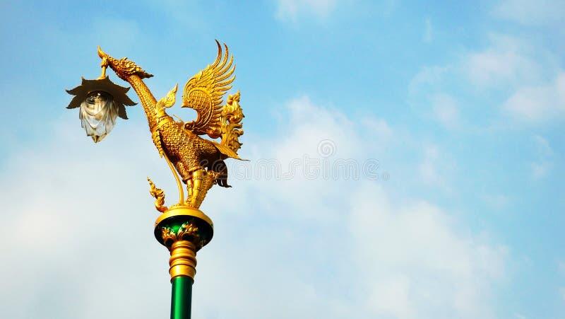 Statue thaïlandaise de style sur le ciel gentil photos stock