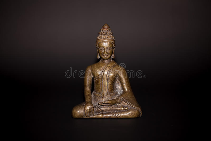 Statue thaïlandaise en bronze traditionnelle de Bouddha Chiffre serein se reposant dedans images stock
