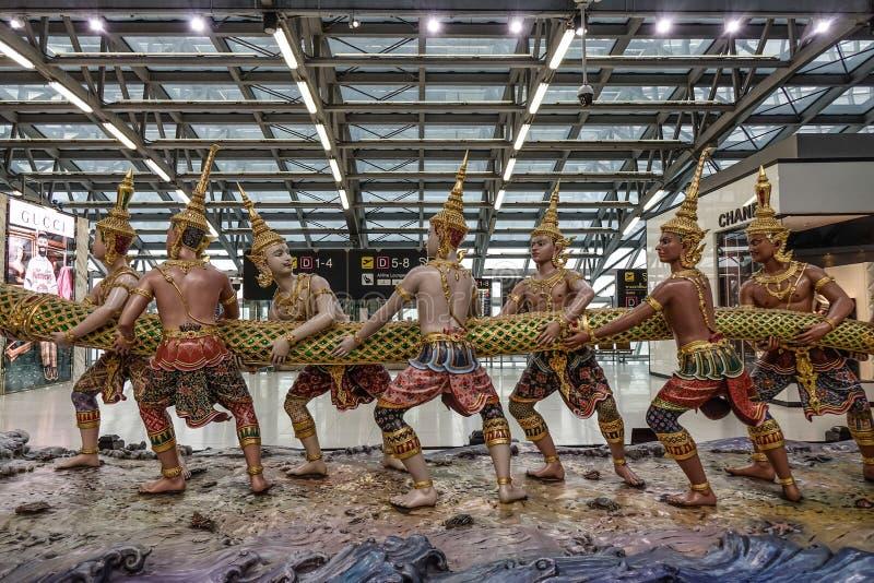 Statue thaïlandaise traditionnelle de dragon et de danseurs image stock