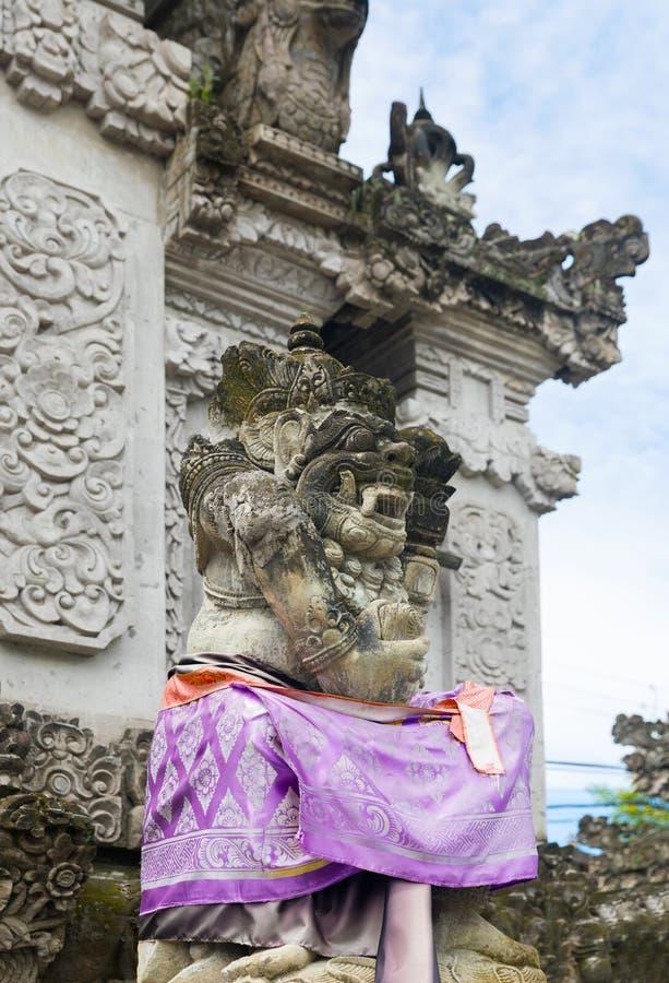 Statue traditionnelle de Balinese se protégeant contre le démon a de spiritueux mauvais photos stock