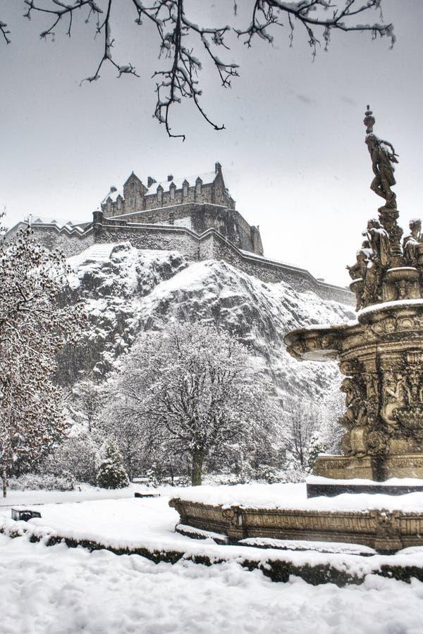 Statue und Edinburgh-Schloss stockbilder