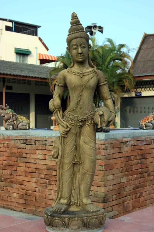 Statue und Gebäude stockfoto