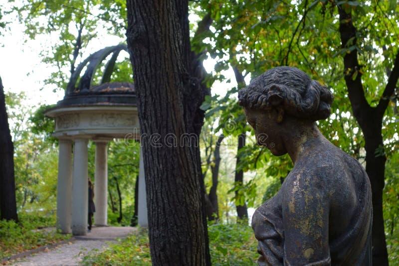 Statue und Rundbau in einem verlassenen Park lizenzfreies stockfoto