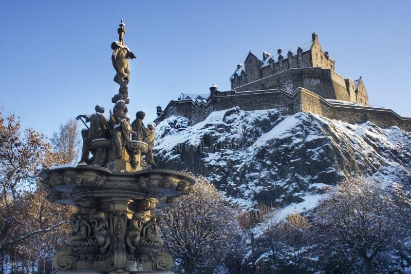 Statue und Schloss stockfotos
